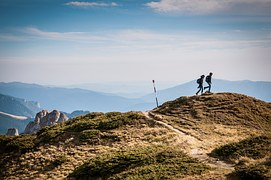 hiking-690479__180